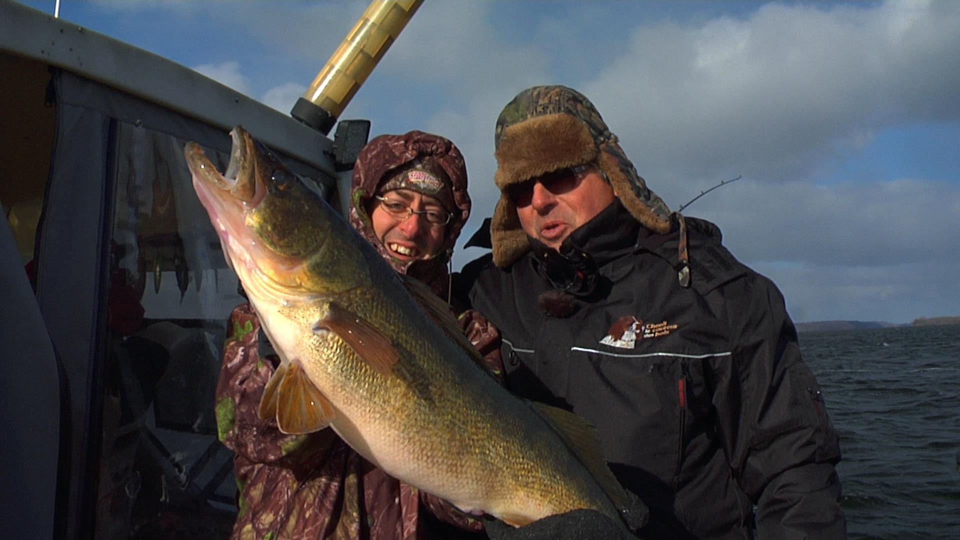 La pêche comme attraper un grand poisson